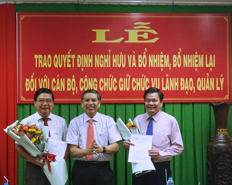 Chủ tịch UBND tỉnh Cao Văn Trọng trao quyết định nghỉ hưu cho ông Nguyễn Hữu Lập và ông Nguyễn Khắc Vũ.