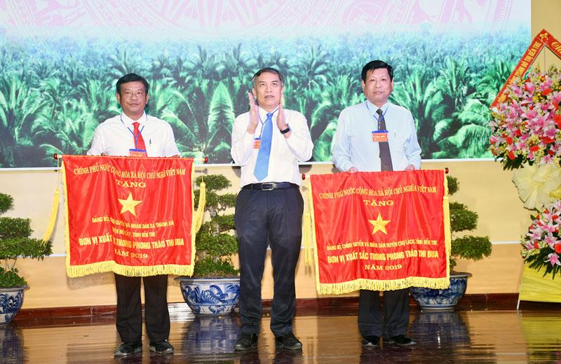 Chủ tịch UBND tỉnh Cao văn Trọng trao Cờ thi đua của Chính phủ cho 2 tập thể.