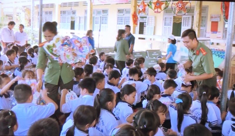 Tặng quà cho các cháu trường mầm non xã Sơn Hòa. Ảnh: Minh Thắm.