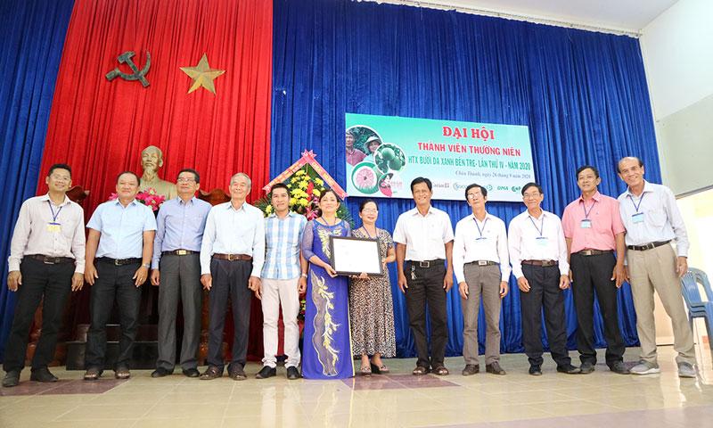 Trao giấy chứng nhận cho 10 thành viên HTX.
