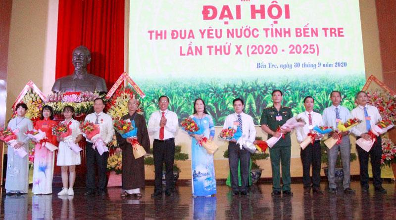 Bí thư Tỉnh ủy, Chủ tịch HĐND tỉnh Phan Văn Mãi trao hoa chức mừng đoàn đại biểu dự đại hội thi đua yêu nước cấp Trung ương.