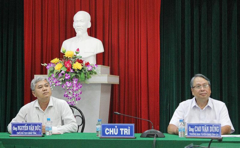 Phó chủ tịch Thường trực UBND tỉnh Nguyễn Văn Đức và Trưởng ban Tuyên giáo Tỉnh ủy Cao Văn Dũng chủ trì hội nghị.