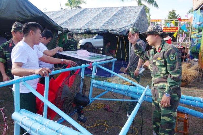 """Đoàn viên, thanh niên Bộ Chỉ huy Quân sự tỉnh tham gia Chương trình """"Tết nghĩa tình, xuân biển đảo"""" do Cục Chính trị Quân khu 9 tổ chức. Ảnh: Đặng Thạch"""