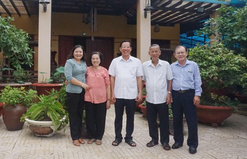 Bí thư Tỉnh ủy Phan Văn Mãi chụp ảnh lưu niệm cùng nguyên Phó thủ tướng Chính phủ Trương Vĩnh Trọng.
