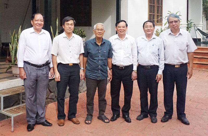 Phó bí thư Thường trực Tỉnh ủy Trần Ngọc Tam chụp ảnh lưu niệm cùng nguyên Phó trưởng ban Dân vận Trung ương Trần Đông Phong.