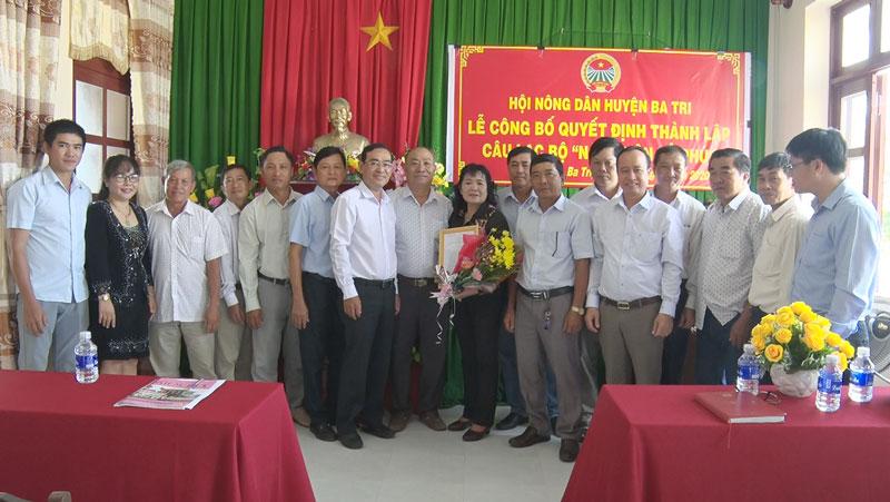Đại biểu chụp ảnh lưu niệm cùng CLB trong buổi lễ ra.