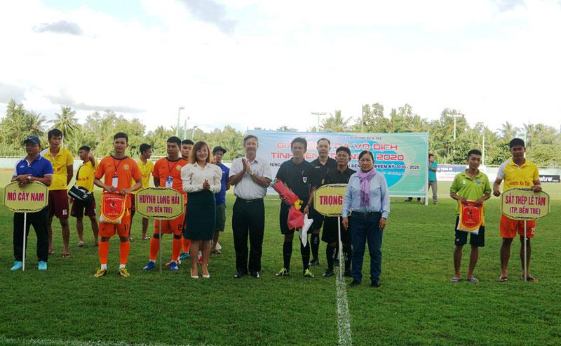 Ban tổ chức trao cờ lưu niệm cho các đội.