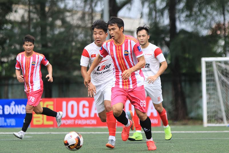 Bưng Biền (đỏ) vượt qua vòng đấu loại để góp mặt VCK với 12 đội bóng mạnh khu vực phía Nam. Ảnh: Đình Viên.