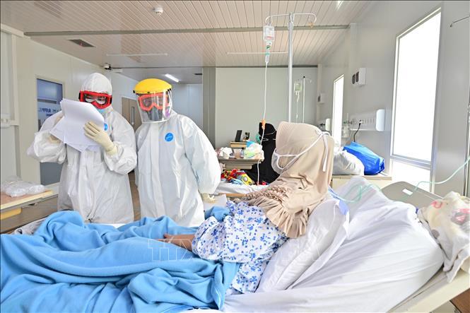 Nhân viên y tế làm việc tại khu vực điều trị cho bệnh nhân nhiễm COVID-19 tại bệnh viện ở Jakarta, Indonesia, ngày 25-9-2020. Ảnh: AFP/TTXVN