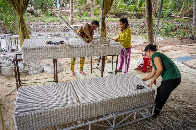 Đan ghế ở xã Thành Thới B, huyện Mỏ Cày Nam. Ảnh: Nguyễn  Dừa