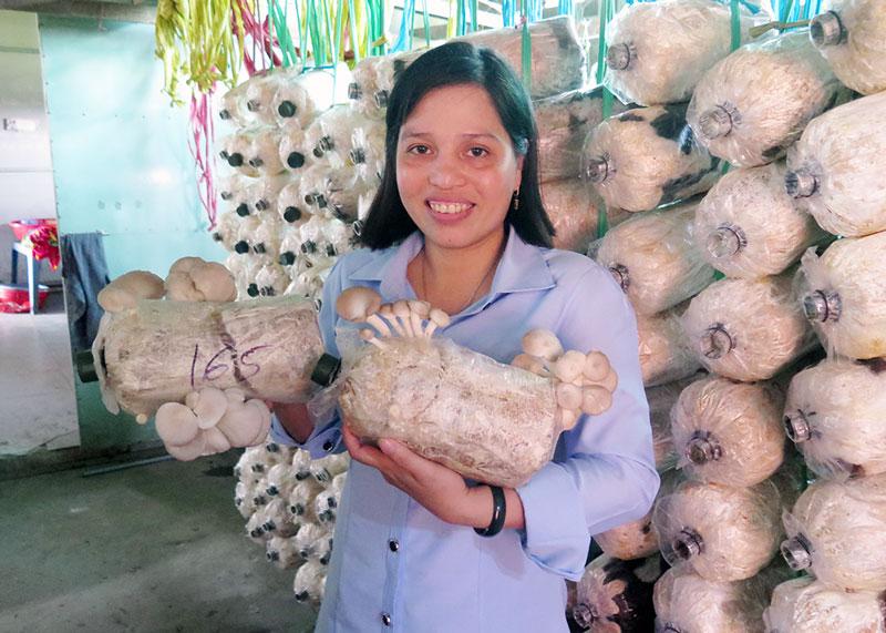 Mô hình trồng nấm bào ngư ở xã An Hòa Tây, huyện Ba Tri giúp lao động nông thôn có thêm thu nhập.