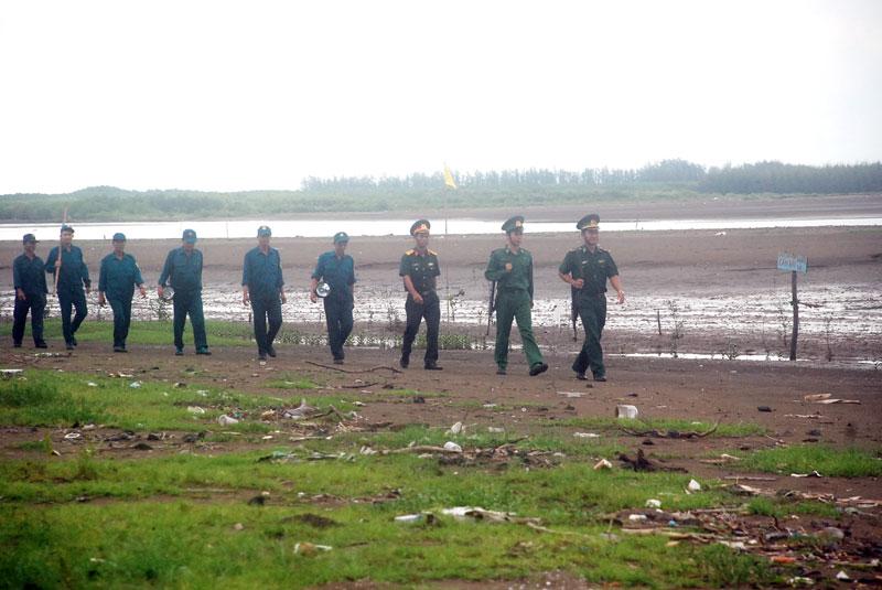 Các lực lượng phối hợp tuần tra tuyến biển xã Bảo Thuận, huyện Ba Tri.
