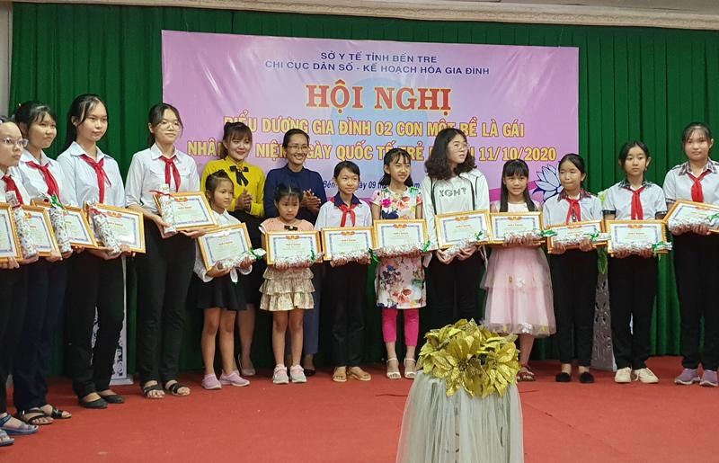 Trao giấy khen biểu dương các em gái có thành tích học tập tốt.