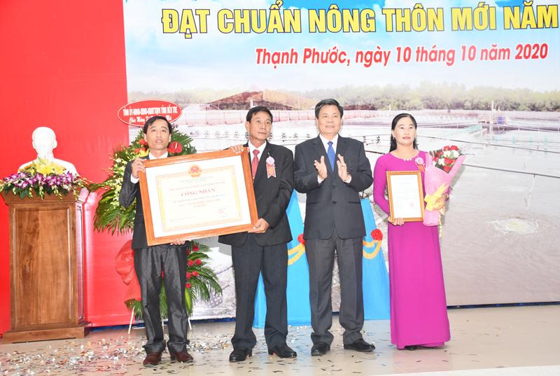 Phó chủ tịch UBND tỉnh Nguyễn Hữu Lập trao bằng công nhân xã NTM cho đảng bộ và nhân dân thạnh Phước.