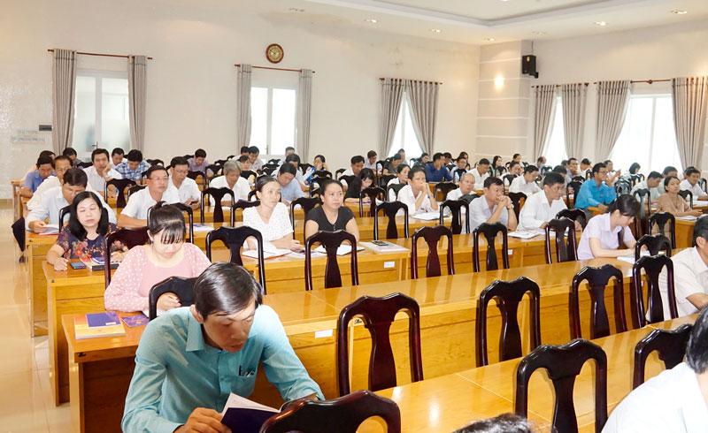 Cán bộ CĐCS tham gia hội nghị tập huấn.