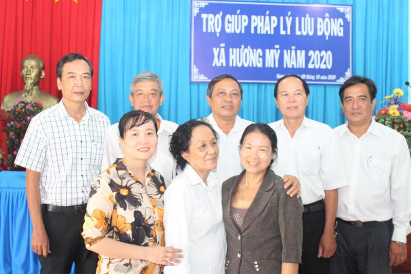 Các thành viên tư vấn pháp luật chụp ảnh lưu niệm với đại diện lãnh đạo xã Hương Mỹ