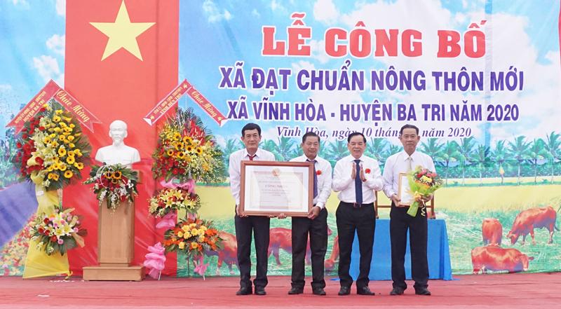 Phó bí thư Thường trực Tỉnh ủy Trần Ngọc Tam trao bằng công nhận xã đạt chuẩn NTM của UBND tỉnh cho lãnh đạo xã Vĩnh Hòa.