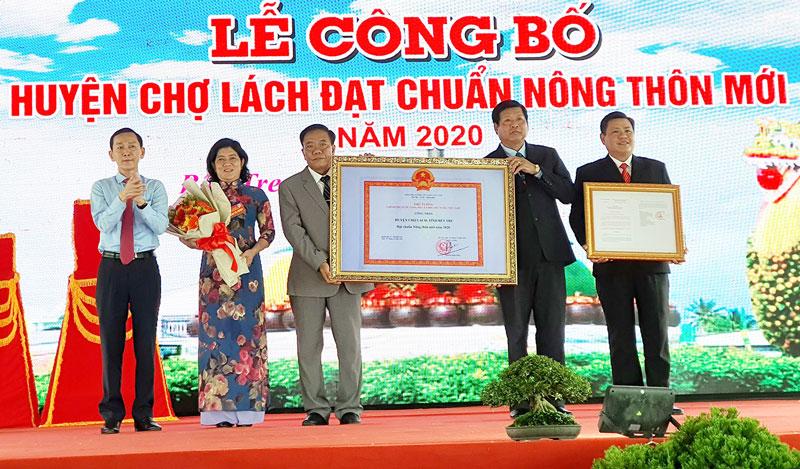 Thứ trưởng Bộ Kế hoạch và Đầu tư Võ Thành Thống trao quyết định công nhận Chợ Lách đạt chuẩn huyện nông thôn mới.