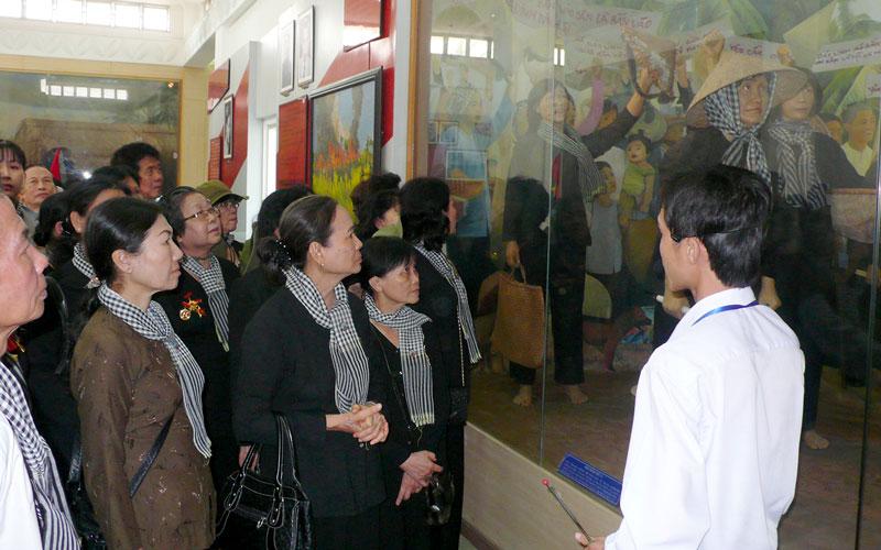 Du khách đến tham quan, tìm hiểu tại di tích Đồng Khởi Bến Tre.