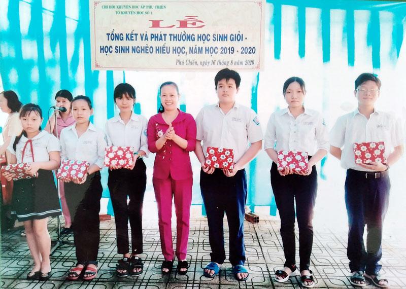 Phó chủ tịch UBND xã Phú Hưng, Chủ tịch Hội Khuyến học xã Nguyễn Thị Kim Loan trao phần thưởng của Tổ Khuyến học số 1, ấp Phú Chiến cho học sinh. Ảnh: CTV