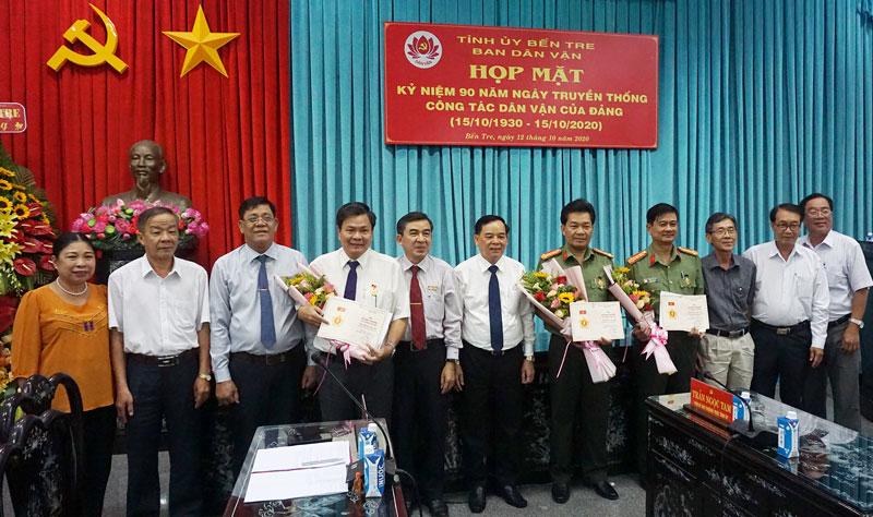 Phó bí thư Thường trực Tỉnh ủy Trần Ngọc Tam cùng các đại biểu tại buổi họp mặt. Ảnh: Q. Hùng