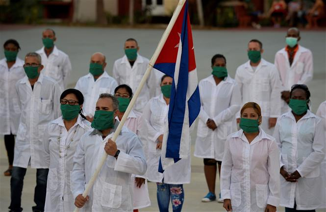 """Phái đoàn y tế """"Henry Reeve"""" của Cuba trước khi rời thủ đô La Habana để sang Andorra nhằm hỗ trợ cuộc chiến chống COVID-19. Ảnh: AFP/TTXVN"""