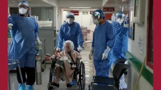 Cụ bà Maria được xuất viện sau khi vượt qua bệnh COVID-19 tại một bệnh viện ở Guadalajara, thuộc bang Jalisco, miền Tây Mexico ngày 2-10-2020. Ảnh: En24 News/TTXVN