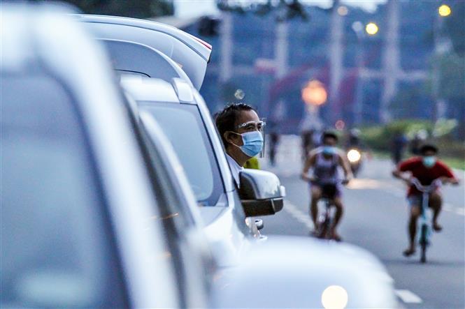 Người dân đeo khẩu trang phòng lây nhiễm COVID-19 tại Manila, Philippines, ngày 26-9-2020. Ảnh: THX/ TTXVN