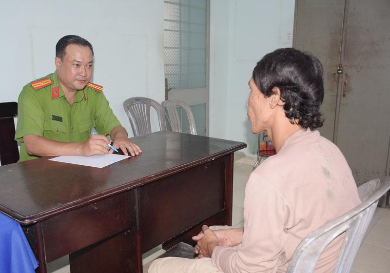 Thiếu tá Hồ Minh Nhựt làm việc với đối tượng sử dụng trái phép chất ma túy.