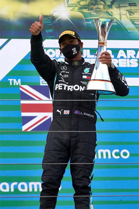 Lewis Hamilton bước vào ngôi đền những huyền thoại F1