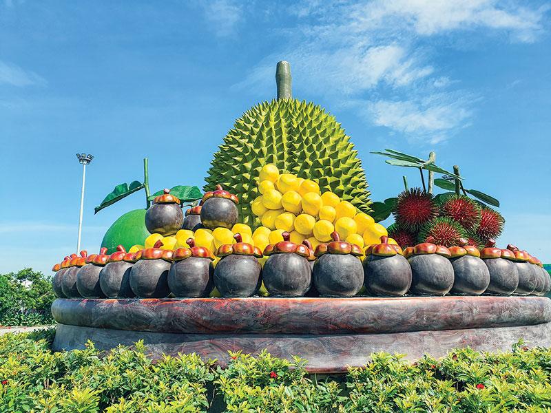 Mâm trái cây đặc sản tại vòng xoay ngã 5 Hòa Nghĩa mang hình ảnh quê hương. Ảnh: T. Đồng