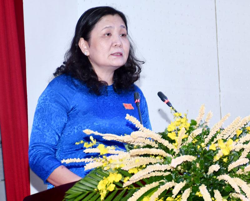 Trưởng Ban Tổ chức Tỉnh ủy Hồ Thị Hoàng Yến thông tin về điều lệ đại hội. Ảnh: Hữu Hiệp
