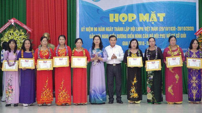 Lãnh đạo Huyện ủy và Hội Phụ nữ huyện trao thưởng cho các cá nhân.