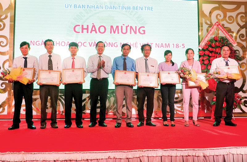 Anh Lê Văn Liêm (bìa phải) nhận giải nhất Hội thi Sáng tạo kỹ thuật tỉnh Bến Tre lần thứ VI năm 2018. Ảnh: T. Thảo
