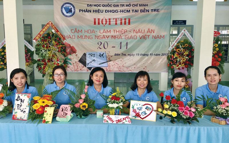 Tiến sĩ Hồ Thu Hiền (thứ ba, trái sang) tham dự hoạt động tổ chức tại Phân hiệu Đại học Quốc gia TP. Hồ Chí Minh. Ảnh: P.  Hiệu