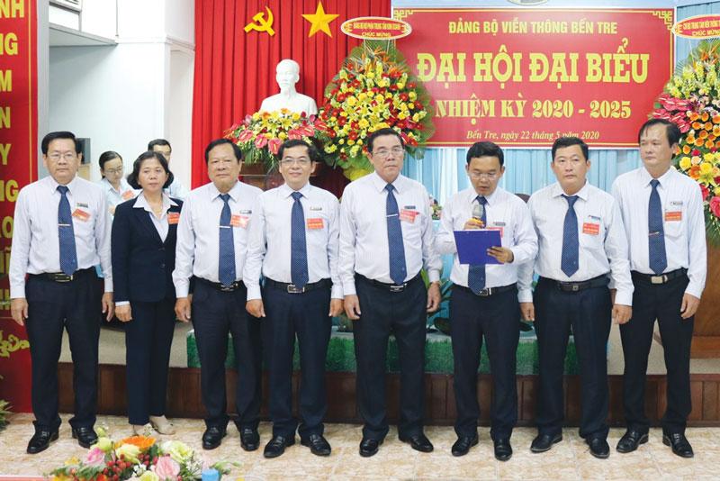 Ông Nguyễn Văn Triều Dâng (thứ ba, phải sang) tại Đại hội đại biểu Đảng bộ Viễn thông Bến Tre, nhiệm kỳ 2020 - 2025. Ảnh: V. Thông