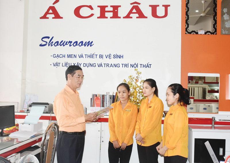 Ths. Lư Hồng Kiệt trao đổi công việc với nhân viên. Ảnh: C. Trúc