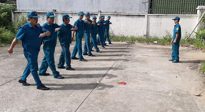 Duy trì huấn luyện cho cán bộ, chiến sĩ thuộc Ban Chỉ huy Quân sự xã Thới Lai (Bình Đại).