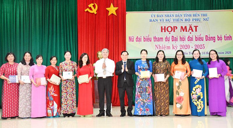 Phó bí thư Thường trực Tỉnh ủy Trần Ngọc Tam, Phó chủ tịch Thường trực UBND tỉnh Nguyễn Văn Đức trao quà cho các cán bộ nữ.