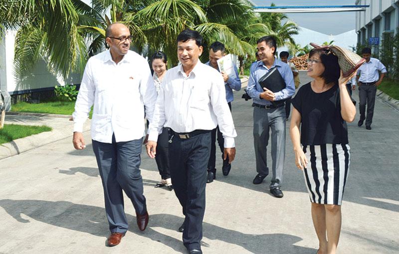 Ông Cù Văn Thành tiếp đoàn khách nước ngoài đến tham quan doanh nghiệp. Ảnh: C. Trúc