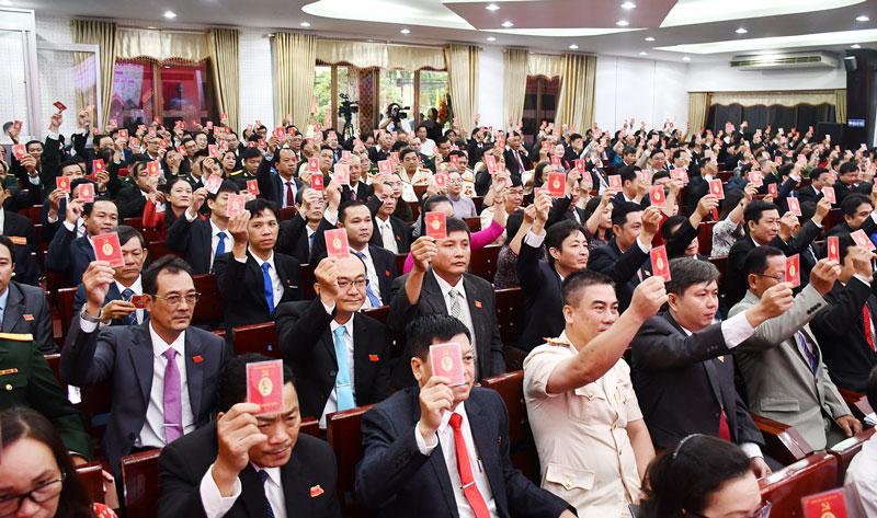 Đại biểu tham gia biểu quyết tại đại hội. Ảnh: Hữu Hiệp
