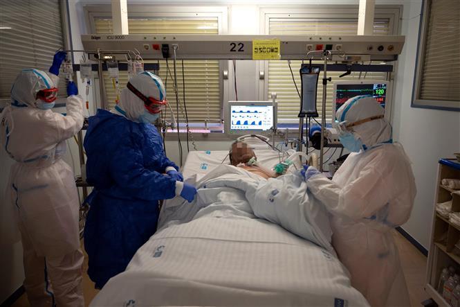 Nhân viên y tế điều trị cho bệnh nhân nhiễm COVID-19 tại Leganes, Tây Ban Nha, ngày 16-10-2020. Ảnh: AFP/TTXVN