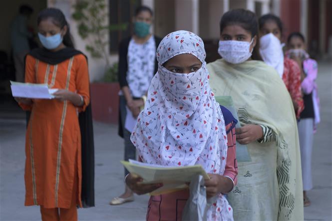 Học sinh đeo khẩu trang phòng lây nhiễm COVID-19 tại một trường học ở Amritsar, Ấn Độ, ngày 15-10-2020. Ảnh: AFP/TTXVN