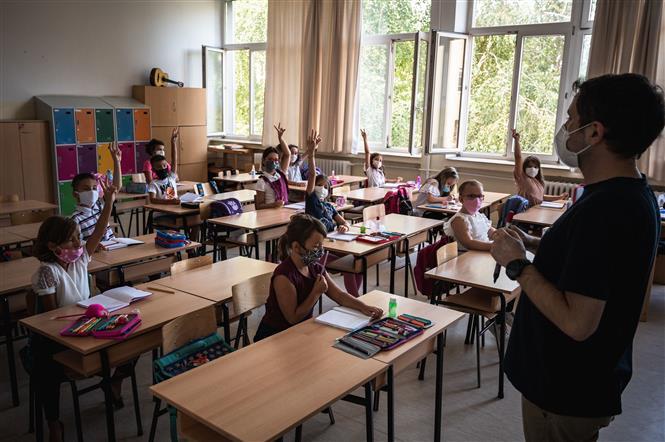 Giáo viên và học sinh đeo khẩu trang phòng lây nhiễm COVID-19 tại một trường học ở Belgrade, Serbia. Ảnh: AFP/TTXVN