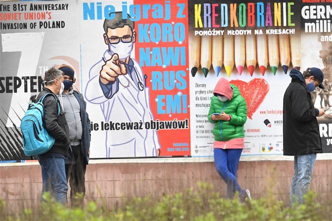 Người dân đeo khẩu trang phòng lây nhiễm COVID-19 tại Warsaw, Ba Lan, ngày 15-10-2020. Ảnh: PAP/TTXVN