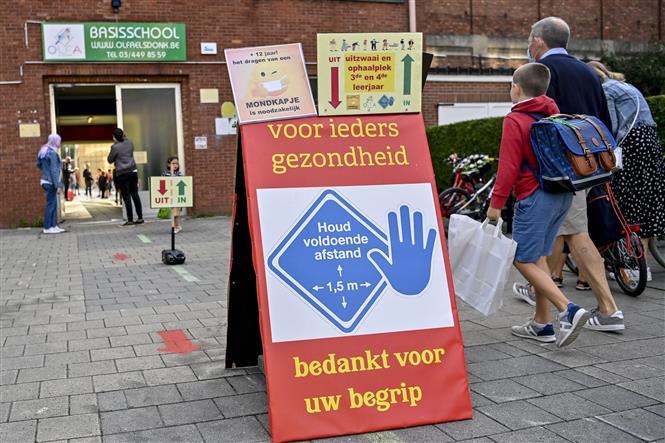 Học sinh đeo khẩu trang phòng lây nhiễm COVID-19 tại một trường học ở Antwerp, Bỉ. Ảnh: AFP/TTXVN