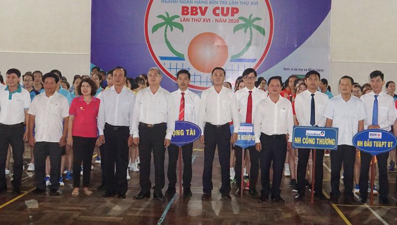 Các đại biểu chụp ảnh lưu niệm cùng các đội bóng.