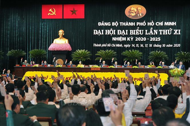 Các đại biểu biểu quyết thông qua danh sách Ban Chấp hàng Đảng bộ Thành phố Hồ Chí Minh nhiệm kỳ 2020 - 2025. Thanh Vũ/TTXVN