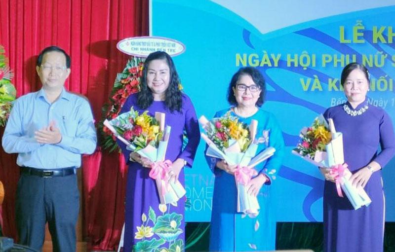 Phó chủ tịch UBND tỉnh Nguyễn Trúc Sơn trao hoa chúc mừng tại ngày hội. Ảnh: CTV