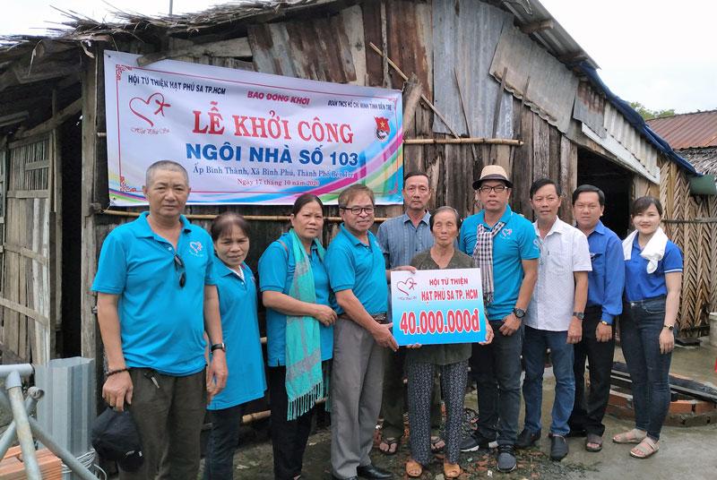 Hội phó Hội Từ thiện Hạt Phù SaTrương Văn Thuần trao vốn xây nhà cho  gia đình anh Bình.